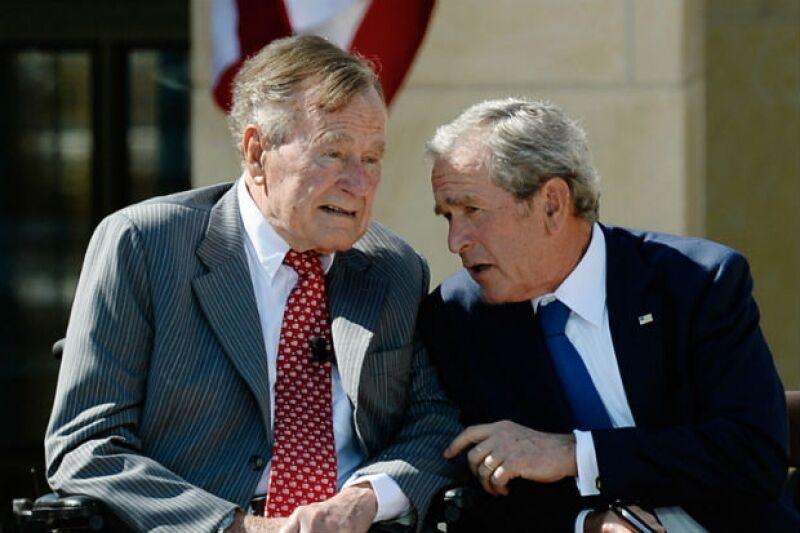 George Bush padre e hijo durante un evento público en 2013.