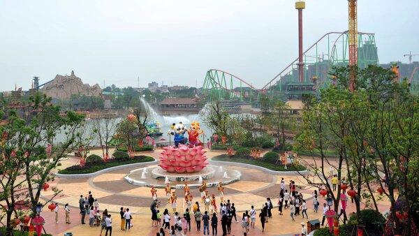 El parque cuenta con las montañas rusas más altas y rápidas de China y un vasto acuario.