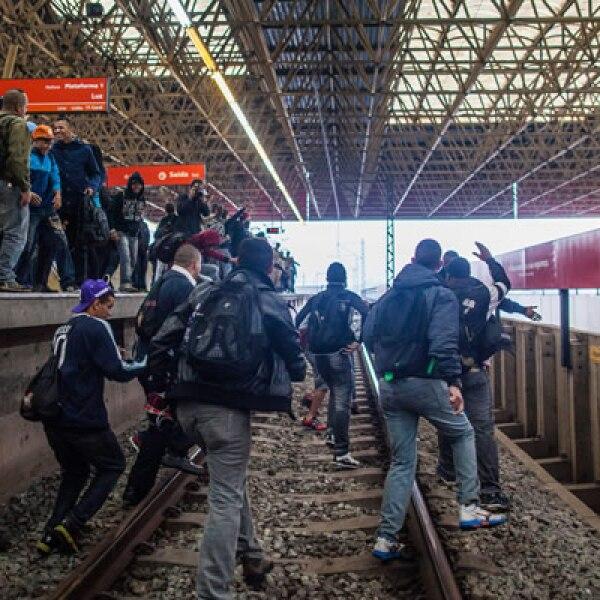 Algunos pasajeros frustrados por la suspensión del servicio optaron por saltar y seguir su camino por las vías.