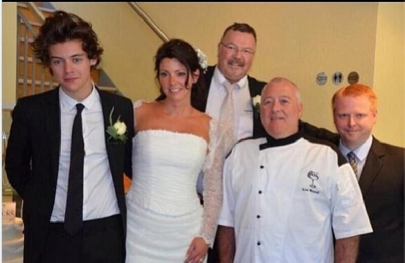 Durante el emotivo enlace, el cantante de One Direction, quien además fue el padrino de la boda, derramó algunas lágrimas y cantó para los novios.