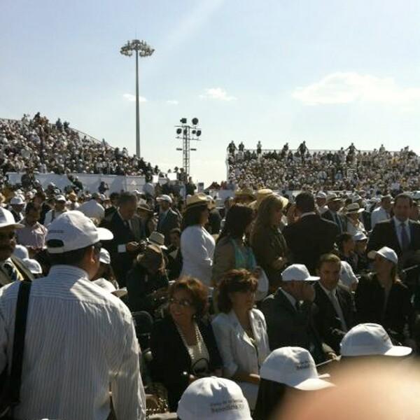 Miles de mexicanos se dieron cita en el Aeropuerto Internacional del Bajío, para recibir a Benedicto XVI.