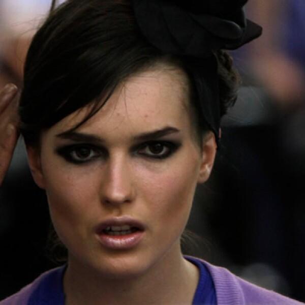 Una modelo se prepara justo antes de salir en el desfile.