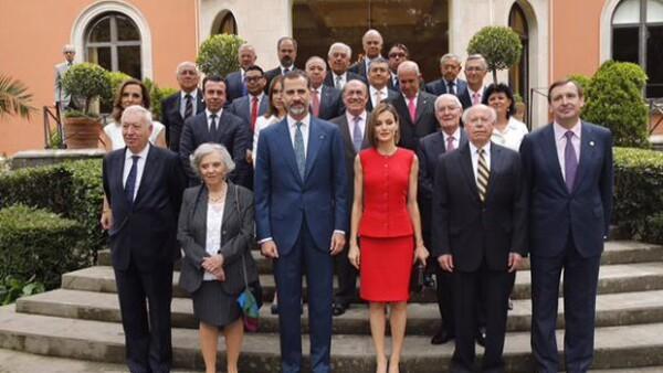 Los reyes de España estuvieron esta tarde en la Residencia de la Embajada de España para convivir con varios personajes importantes de México, entre ellos Elena Poniatowska y Miguel Alemán.