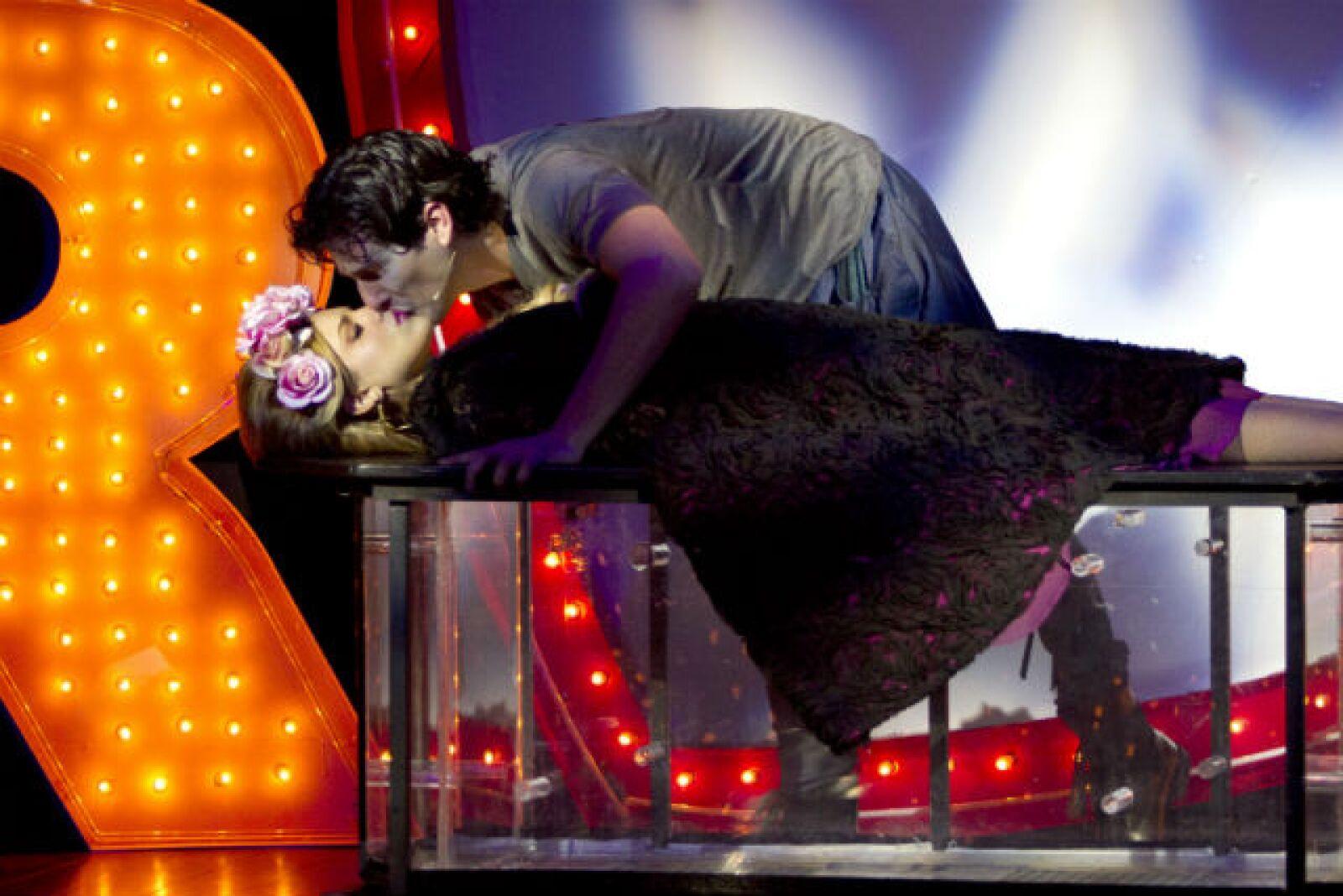 Alan Estrada besa a Julieta (Eiza) en el musical I Love Romeo and Julieta de 2012.