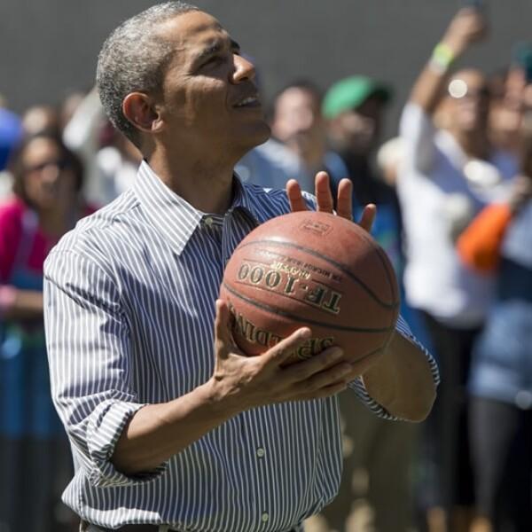 El mandatario estadounidense muestra sus habilidades de basquetbol en la Casa Blanca