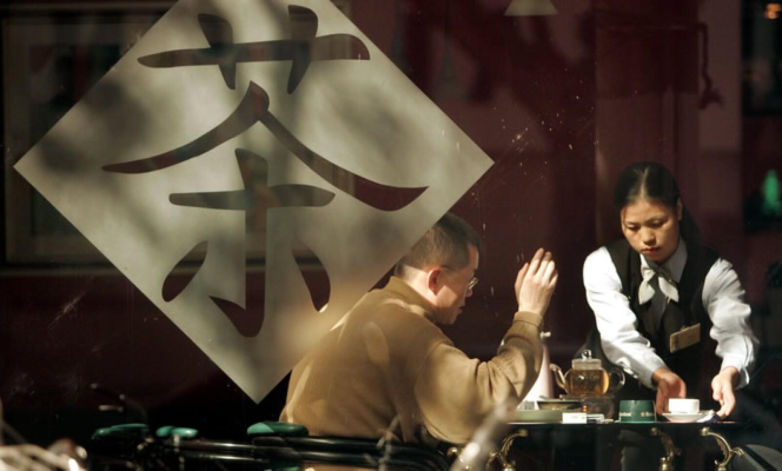 Expresa tu agradecimiento a quien te sirve, golpeando suavemente dos veces sobre la mesa con los dedos índice y medio.