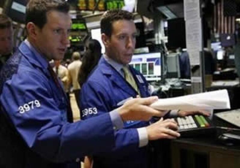 Los mercados accionarios de EU cerraron la jornada a la baja. (Foto: Reuters)