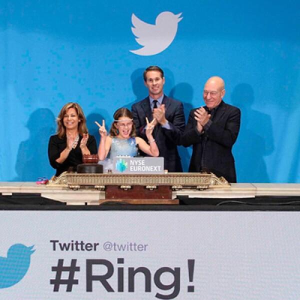 El co-founder  de Twitter Evan Williams (izquierda), el actor Patrick Stewart (derecha), Cheryl Fiandaca del Departamento de Policía de Boston y una niña tocaron la campana de apertura  de la Bolsa de Valores de Nueva York.