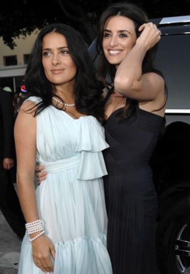 La veracruzana organizó una reunión en su casa para celebrar la nominación al Oscar como Mejor Actriz de Reparto de su amiga. Entre los invitados estuvieron Ashton Kutcher, Demi Moore, entre otros.