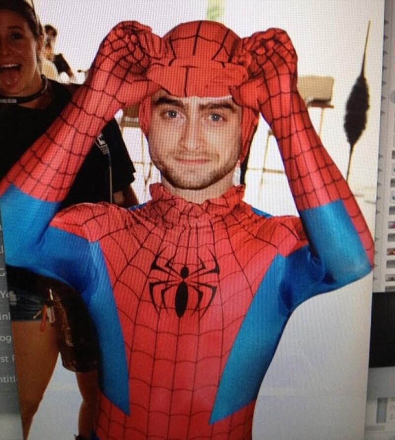 El actor de 25 años se disfrazó del ocurrente Hombre Araña pasando desapercibido ante los asistentes de la convención, quienes sin saber que se trataba de él le pedían fotografías de recuerdo.