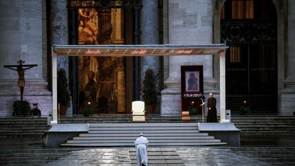 El Papa Francisco entrega una bendición extraordinaria desde la Plaza de San Pedro, durante el brote del coronavirus, en el Vaticano.