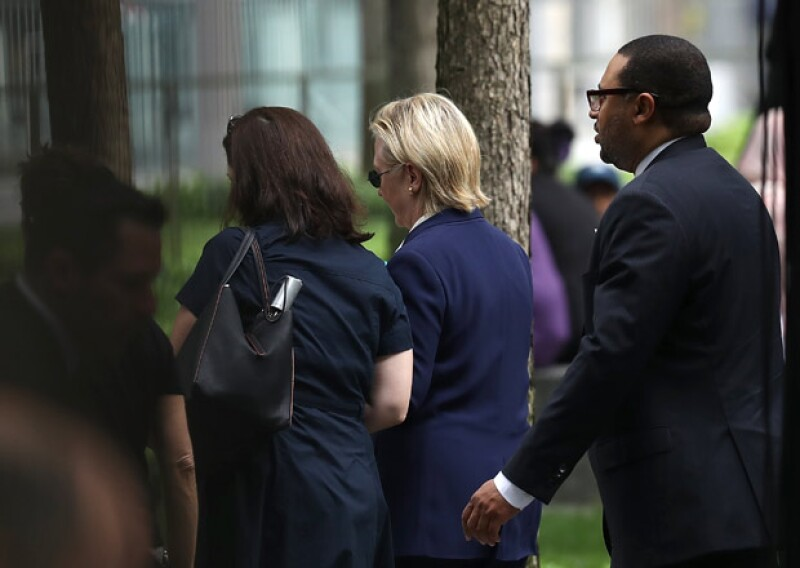 Un reportero de Fox News informó que la candidata a la presidencia de EU se había desmayado mientras abandonaba el homenaje, pero hasta ahora esto no ha sido confirmado.