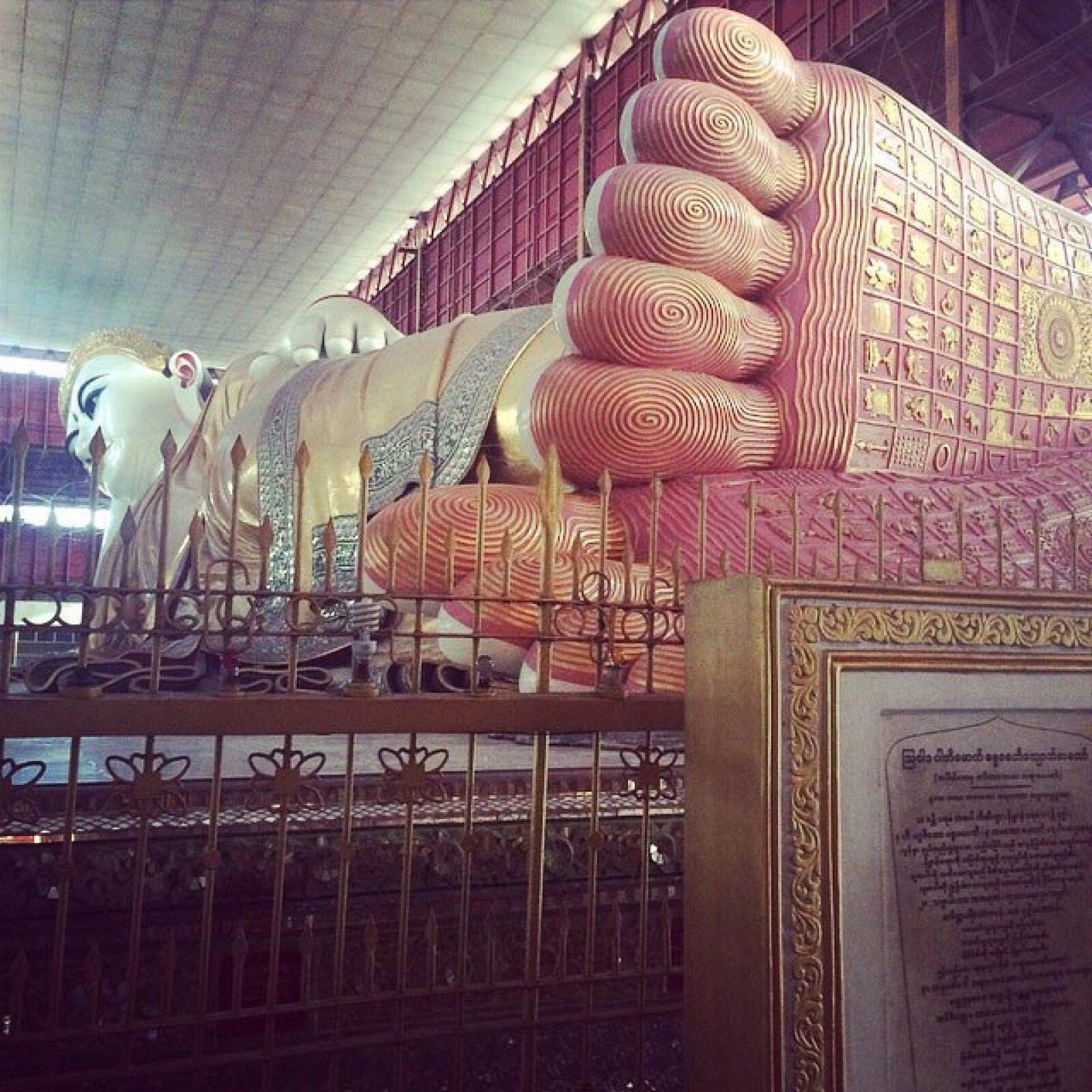 """Con el """"Gran Buda"""" reclinado en la Pagoda Chaukhtatgyi en la localidad de Yangon, Birmania."""