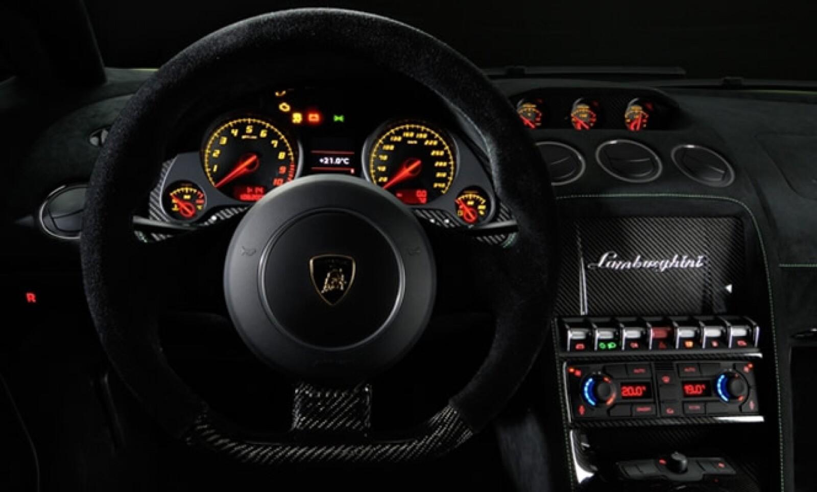 El interior está diseñado con atención apasionada hasta el más mínimo detalle, materiales de alta calidad.