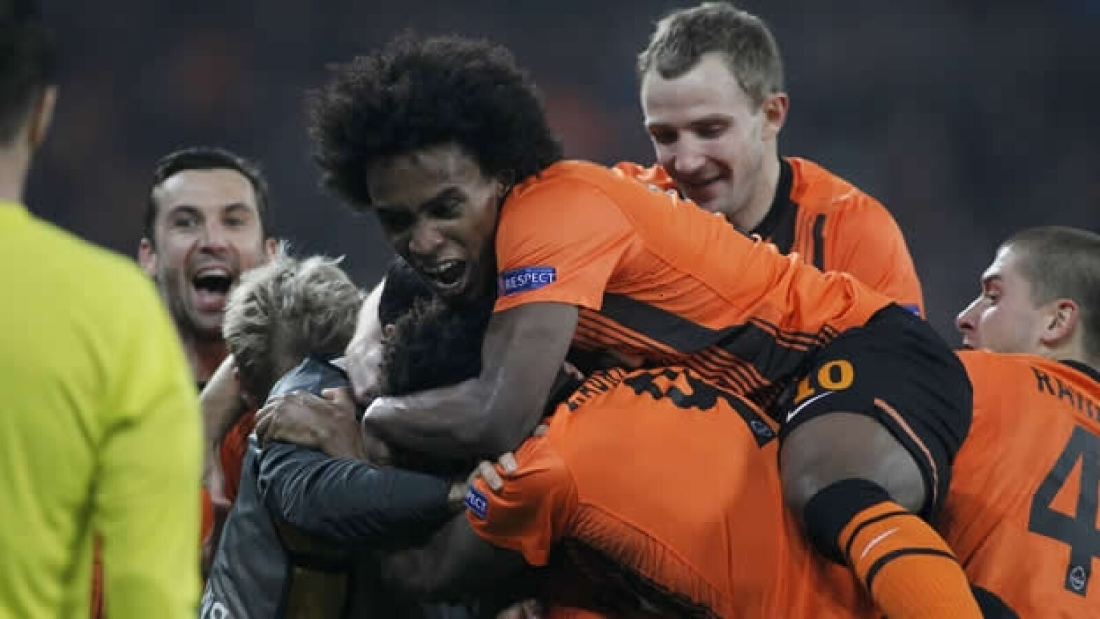 Shaktar celebra gol contra el chelsea