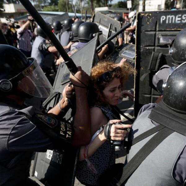 Al menos un manifestante fue arrestado alrededor de seis horas antes de que Brasil juegue contra Croacia en el partido inaugural del torneo de un mes de duración.