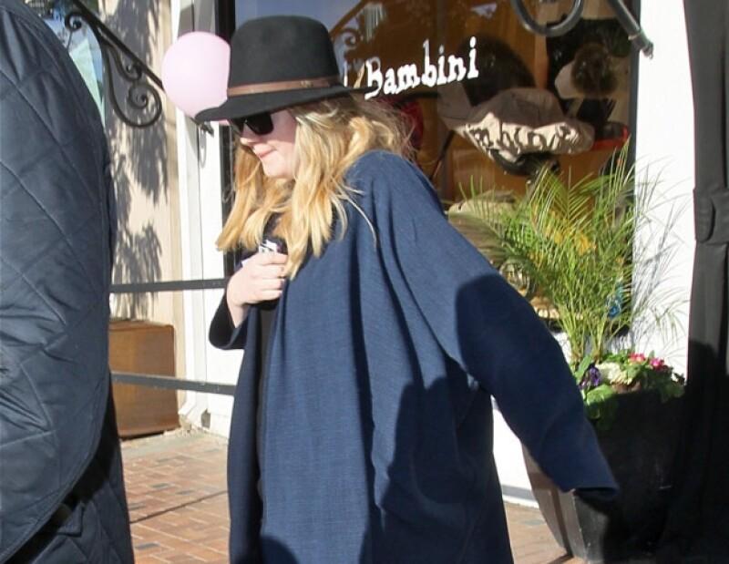 Adele llegó a la ciudad de Los Ángeles acompañada de su bebé de quien no se despegó en ningún momento.