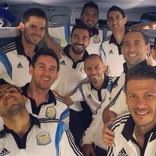 El subcampeón Argentina adoptó como una cábala el subir a Internet una foto de los mismos integrantes del equipo previo a los partidos.
