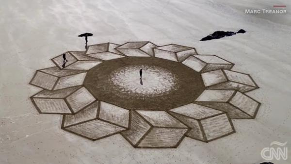 Este artista decora las playas británicas con solo arena y mucha imaginación