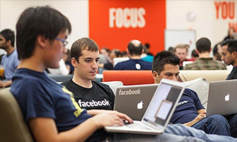 Facebook planea retener 101 millones de los 225 millones de acciones de sus empleados para cubrir la factura fiscal.  (Foto: Cortesía CNNMoney)