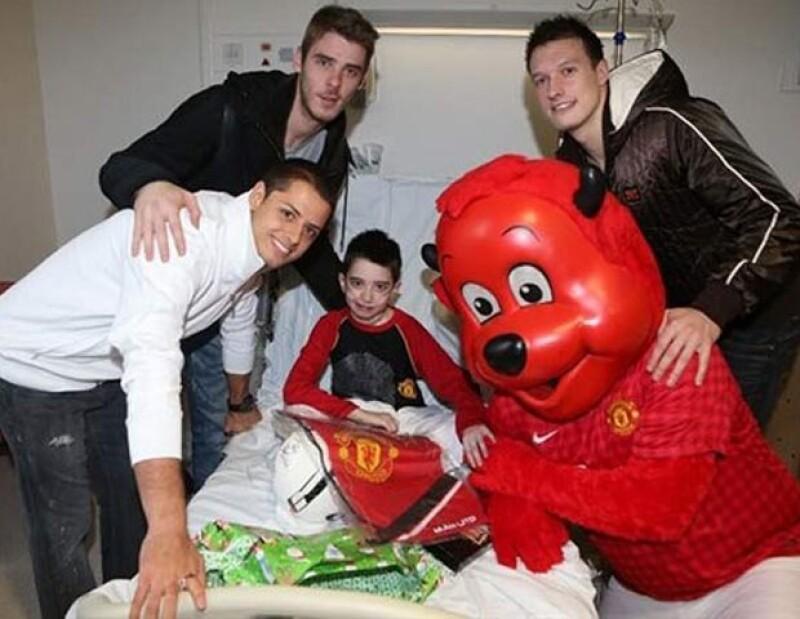 Chicharito y sus compañeros llevaron felicidad a los niños enfermos.
