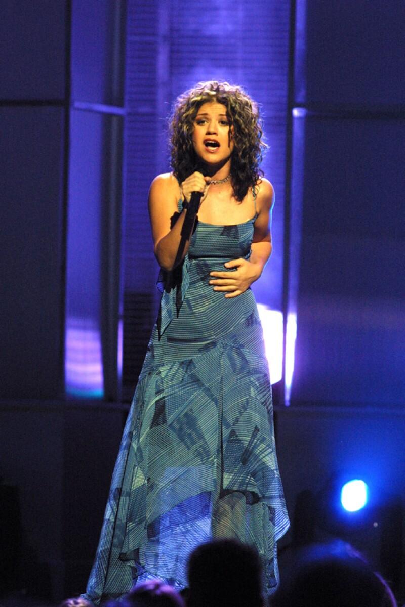 Kelly Clarkson en un performance de la primera edición de American Idol.