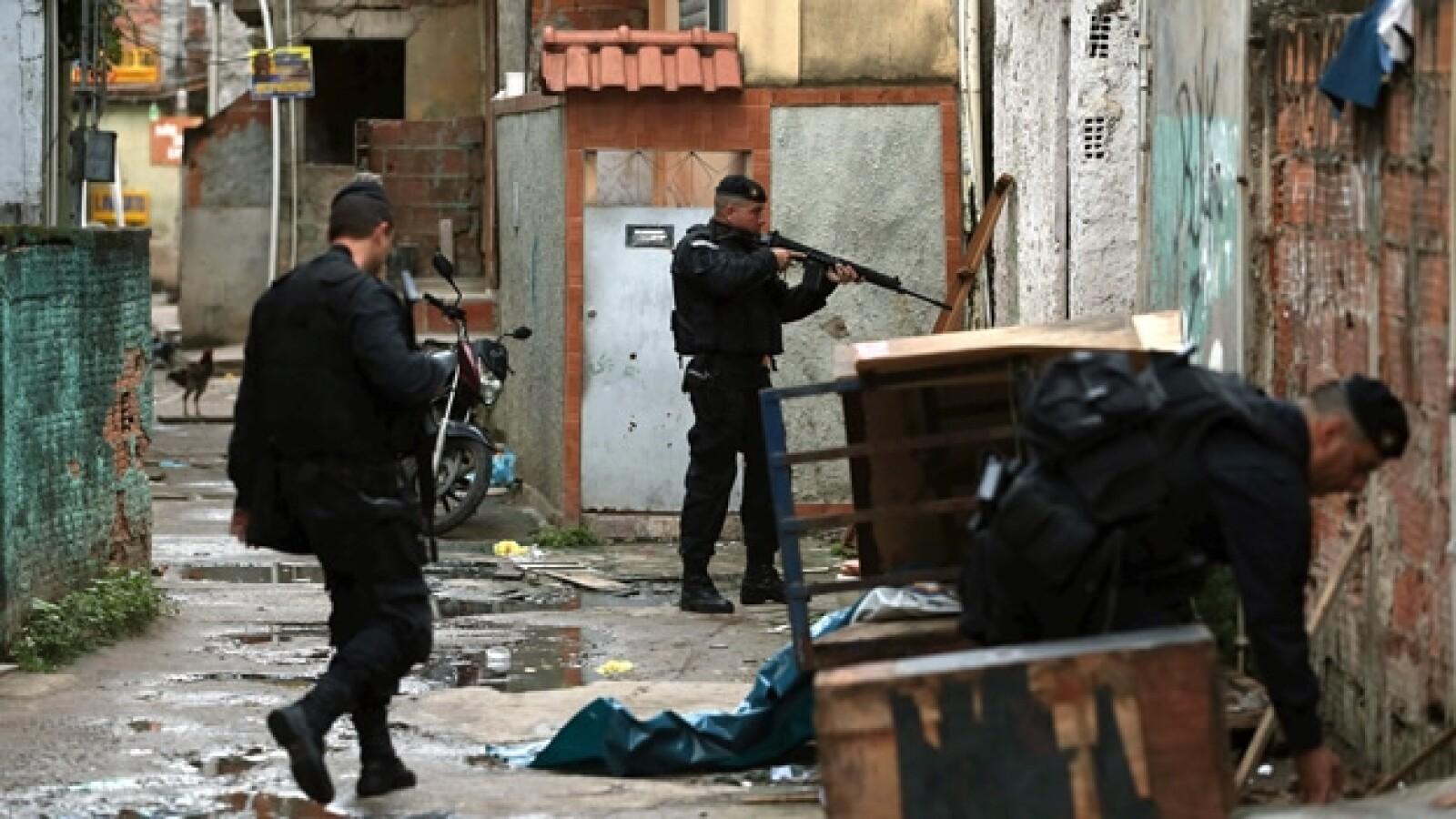 policias en un operativo en la favela manguinhos