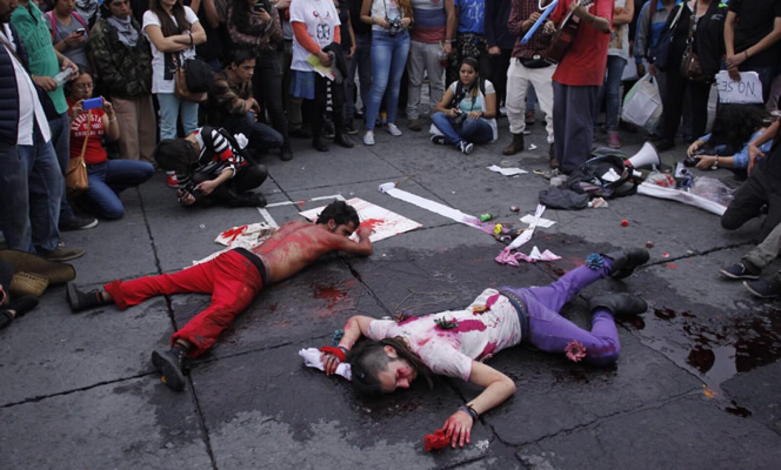 Los manifestantes representaron los actos de violencia contra los estudiantes normalistas.