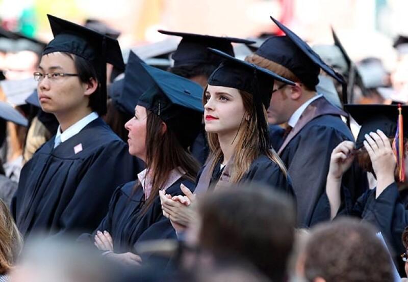 La mujer que se aprecia al lado derecho de Emma es la misma mujer que la resguarda una vez culminado el evento universitario.