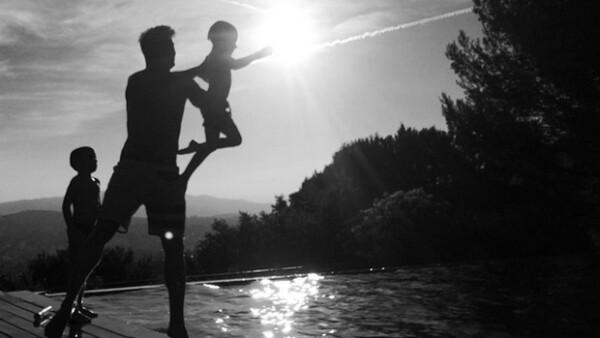 Desde Francia, Jwan Yosef compartió una tierna foto del cantante con Matteo y Valentino, demostrando que ya convive con los gemelos.