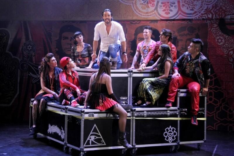 José Ron, uno de los protagonistas de Godspell, fue sorprendido durante el re-estreno por su novia, Irán Castillo.