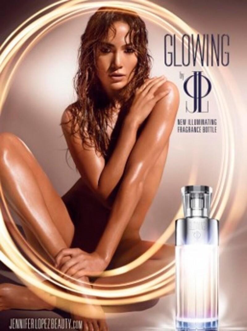 La cantante luce una piel radiante y sensualidad extrema en la campaña para promocionar su nueva fragancia, Glowing.