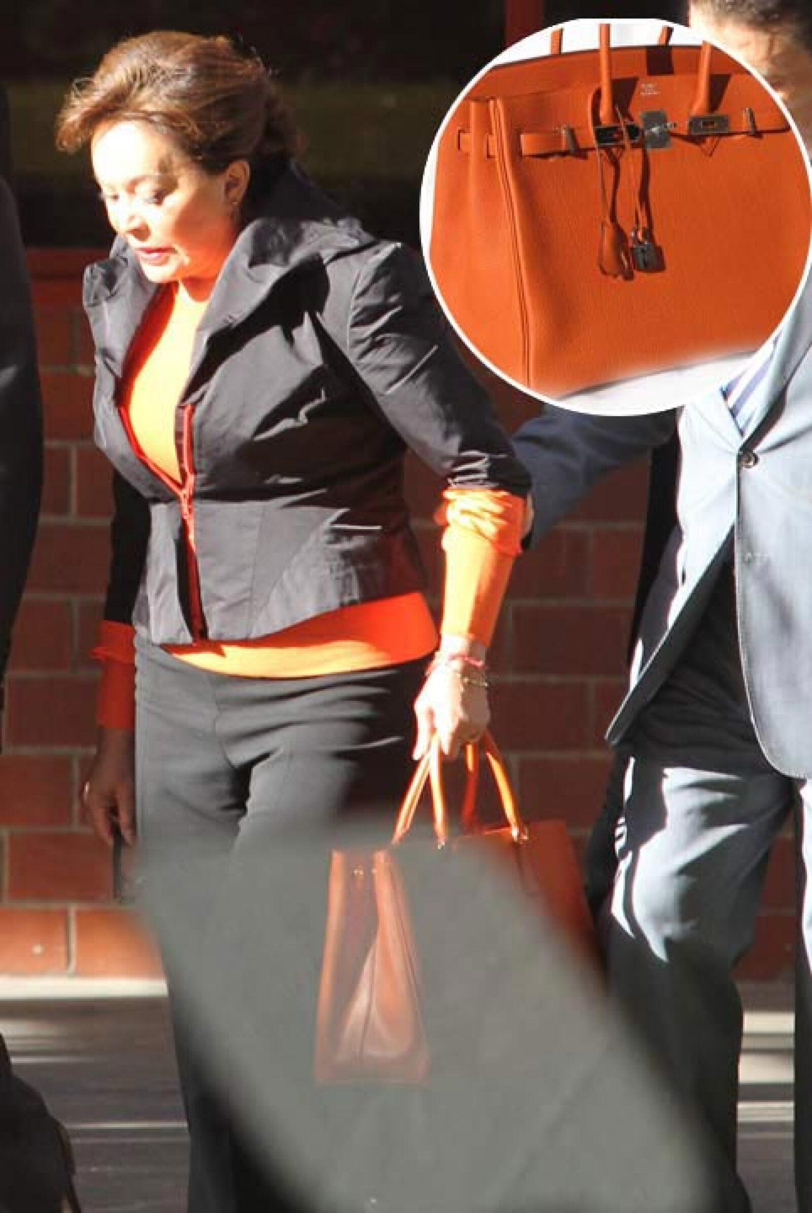 Para darle la bienvenida al inicio escolar, la lideresa de los trabajadores del estado utilizó un bolso Birkin, sí los mismo que Victoria Beckham adora e incluso tiene una basta colección.