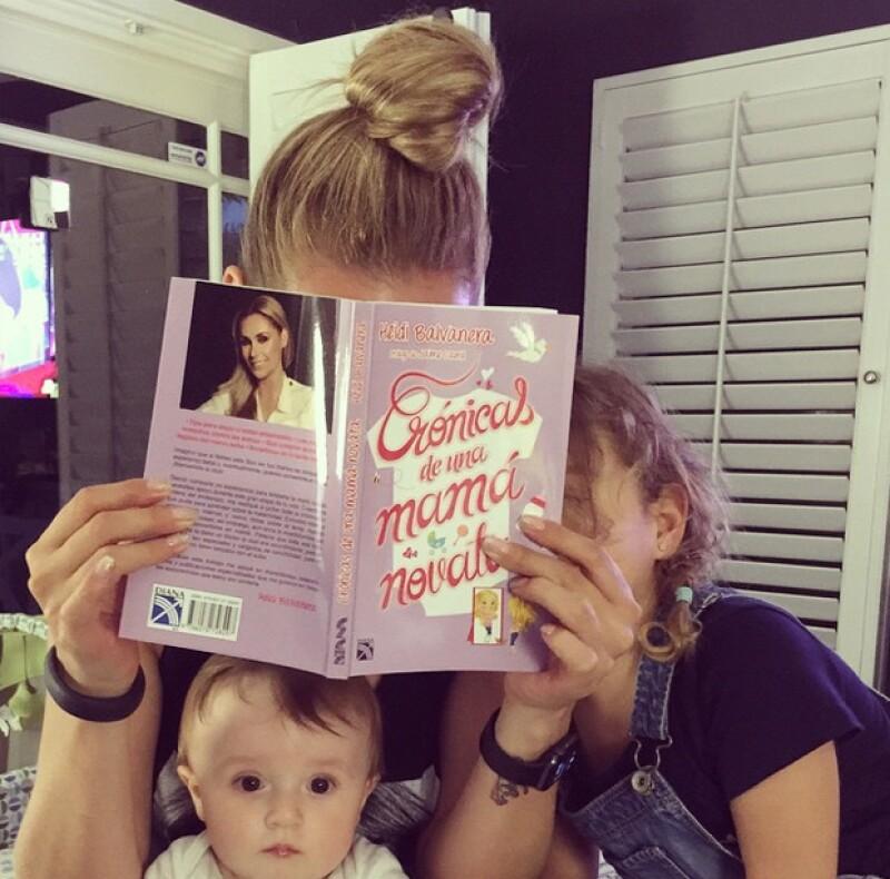 Heidi con su nuevo libro en manos, acompañada por Elena y Jaimito.