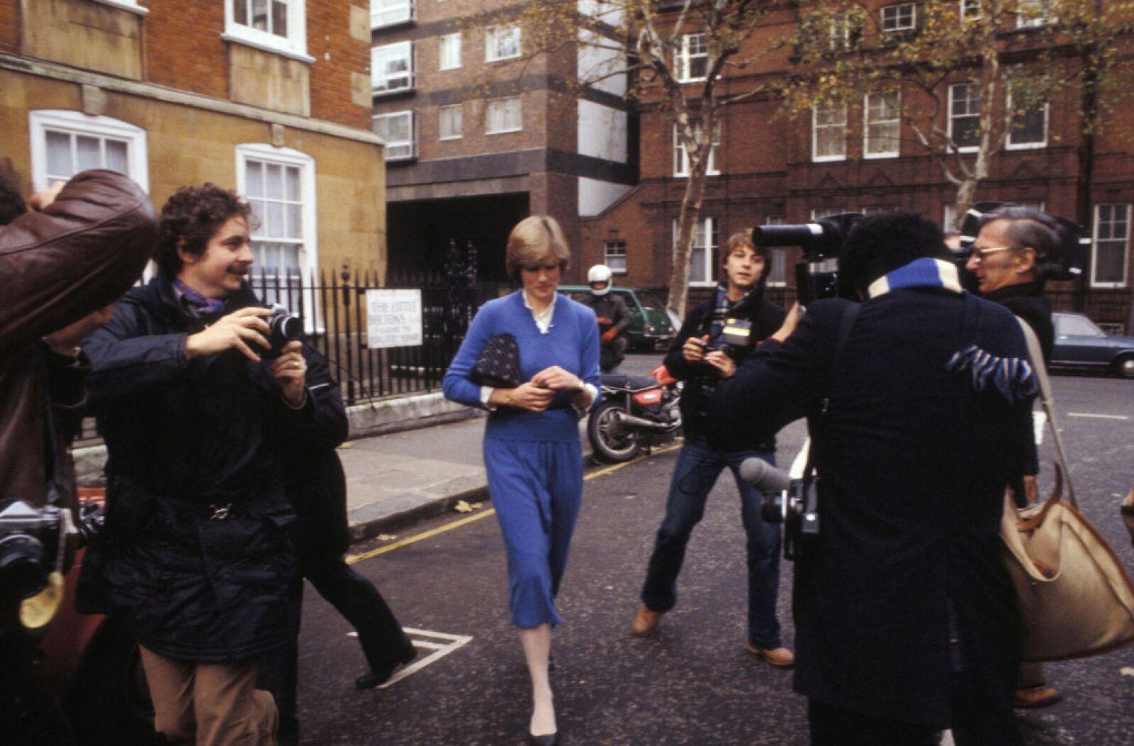 Diana et les photographes dans une rue de Londres