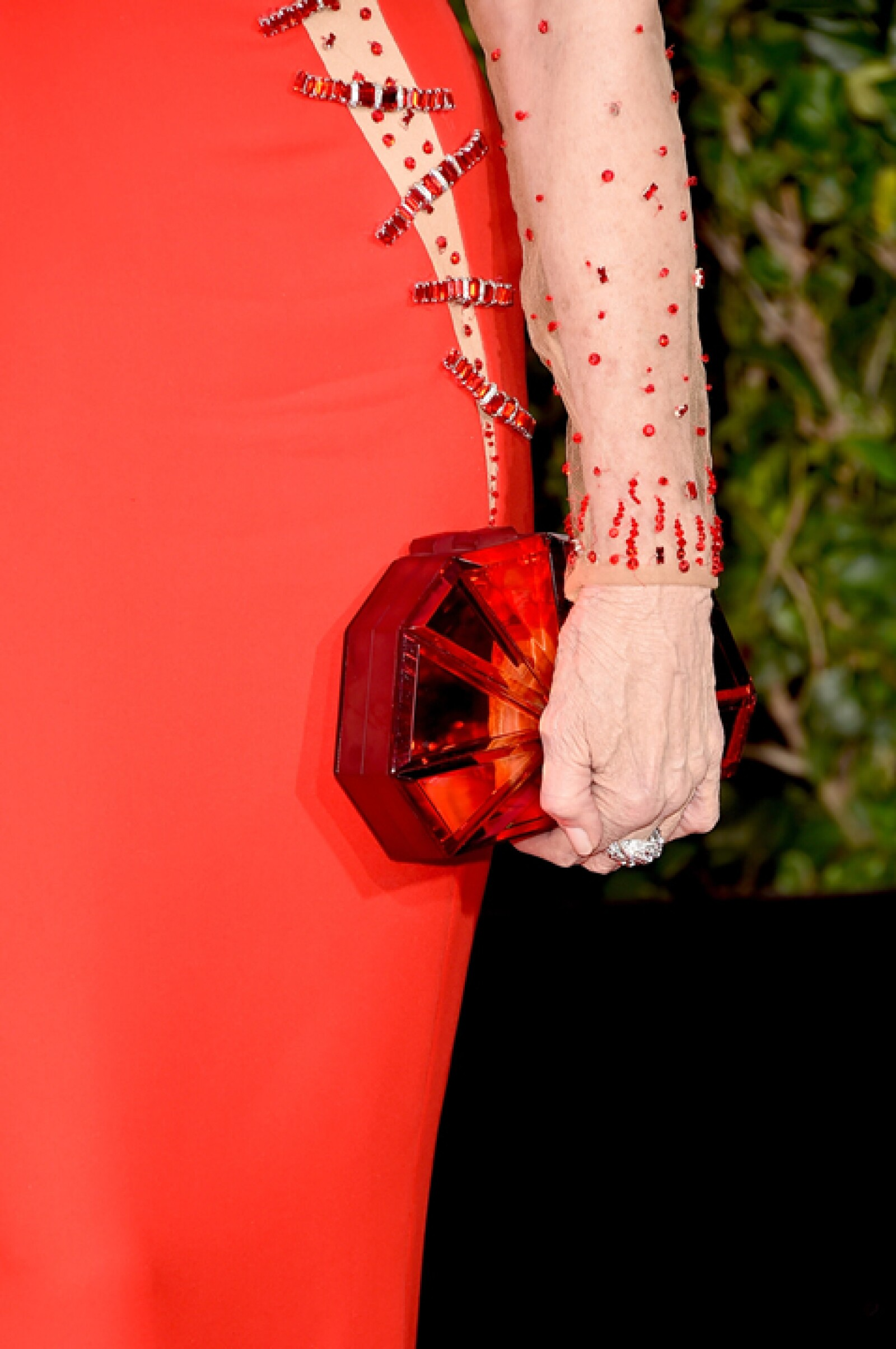 También usó un anillo en oro blanco con dos diamantes en forma de pera de Bulgari.