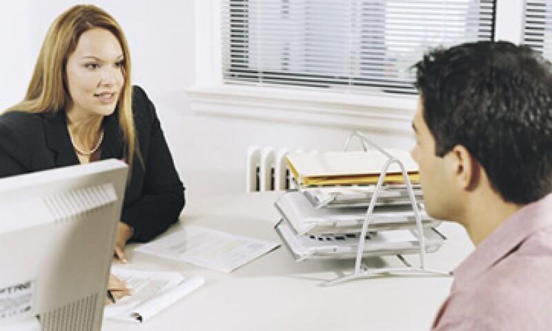 Los expertos recomiendan escribir en el currículo  un breve resumen donde se enlistan tus cualidades y demuestras por qué debes ser elegido. (Foto: Thinkstock)