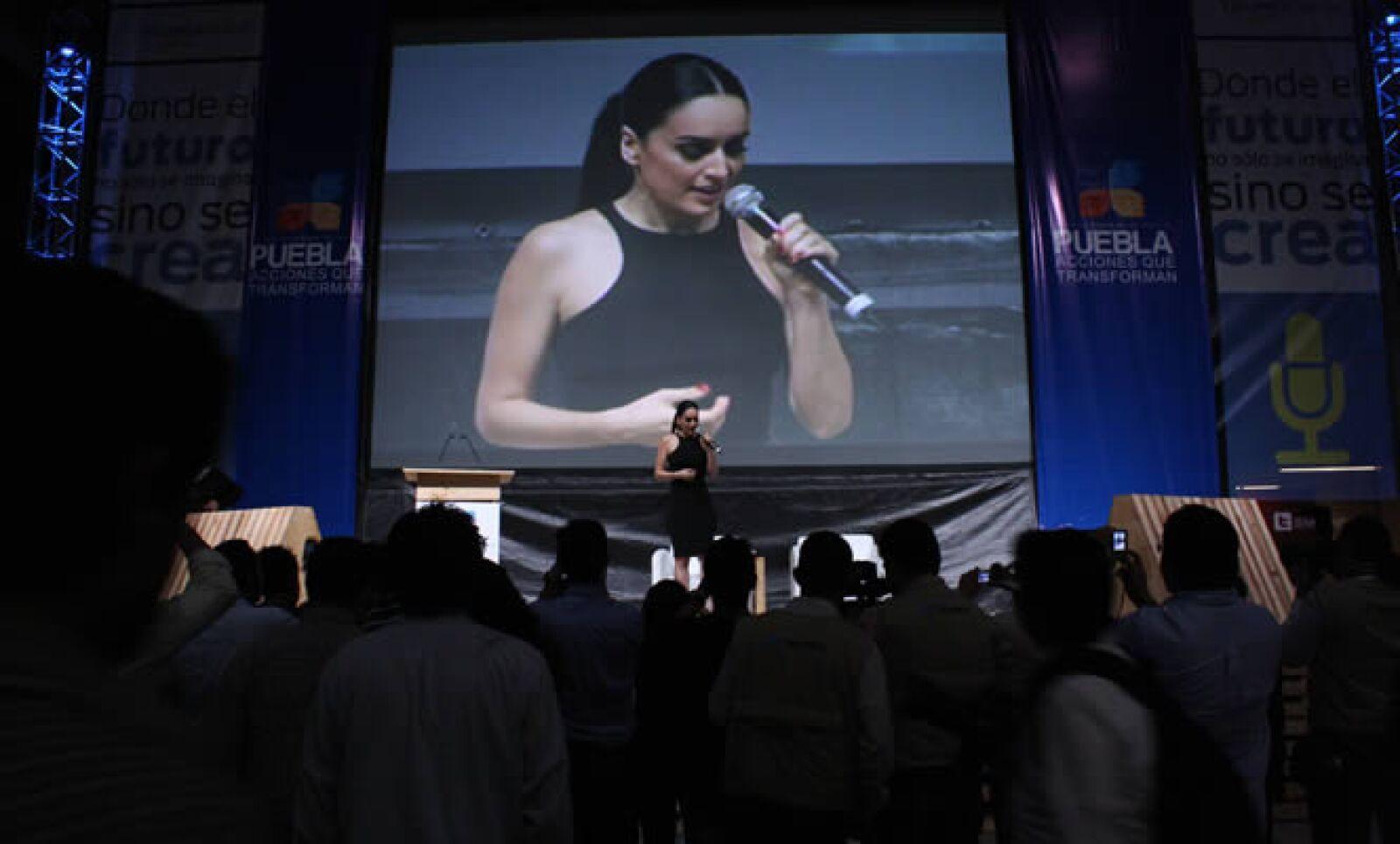 La actriz Ana de la Reguera compartió con los poblanos su amor por los 'gadgets' y la forma que utiliza la red social Twitter para organizaciones no lucrativas.