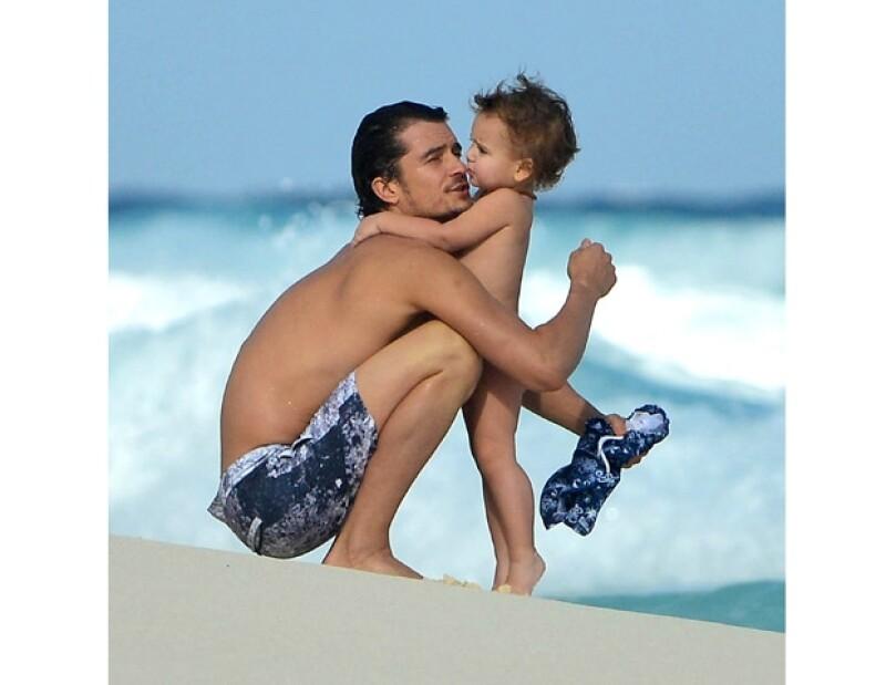 Padre e hijo juguetearon en la playa y, sin ser su objetivo, nos regalaron lindas postales. La familia estuvo en nuestro país por compromisos de trabajo de Miranda Kerr con la firma Louis Vuitton.