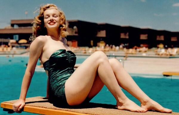 Marilyn Monroe posa en traje de baño.