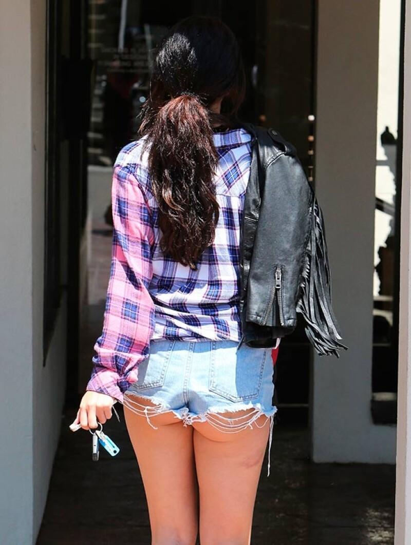 La cantante fue captada luciendo una diminuta prenda denim que dejó al descubierto parte de sus curvas. ¿Se ve sexy o vulgar?