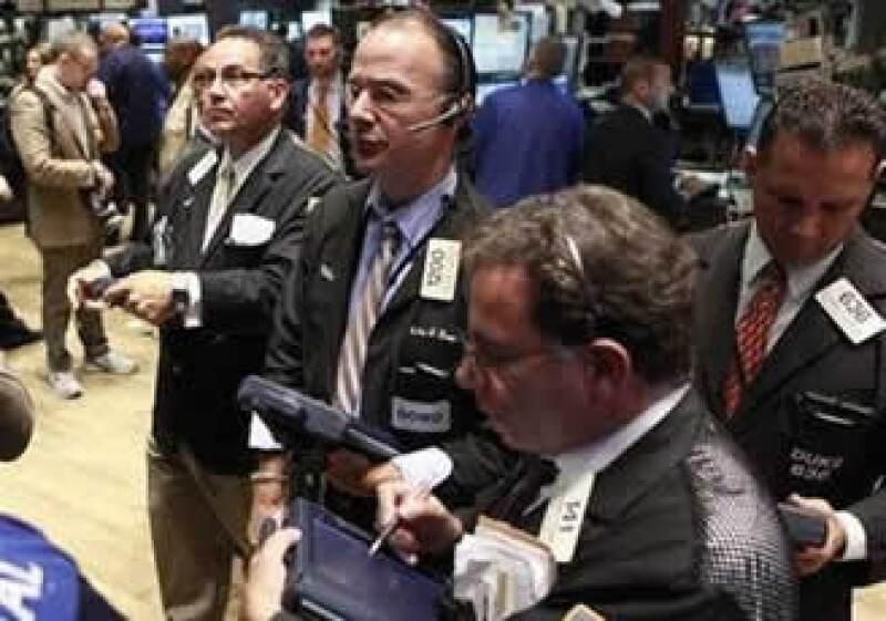 Los riesgos de una nueva recesión aumentan, reconocen administradores de dinero en Wall Street. (Foto: Reuters)