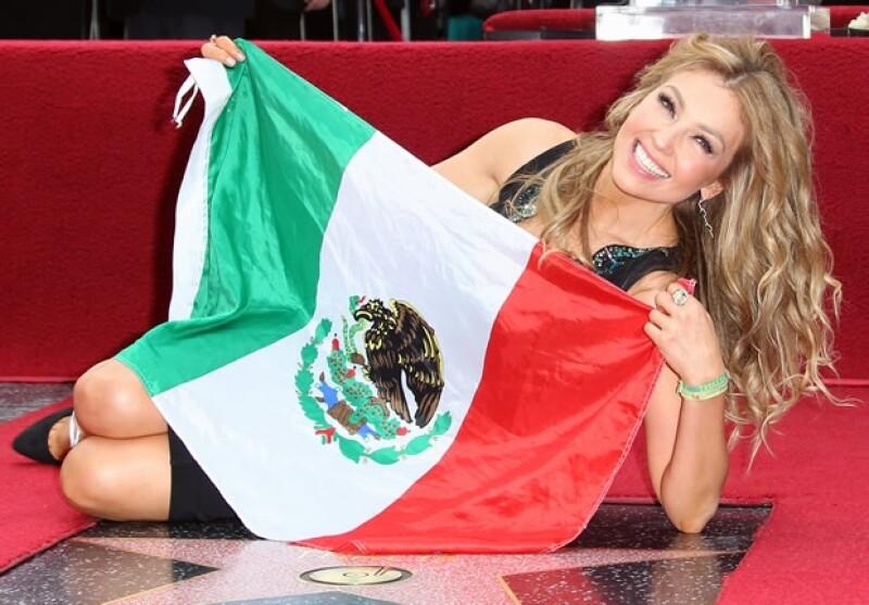 La cantante ya tiene su lugar en la conocida avenida y durante la ceremonia de develación decidió llevarse una bandera de México con la que posó orgullosa.