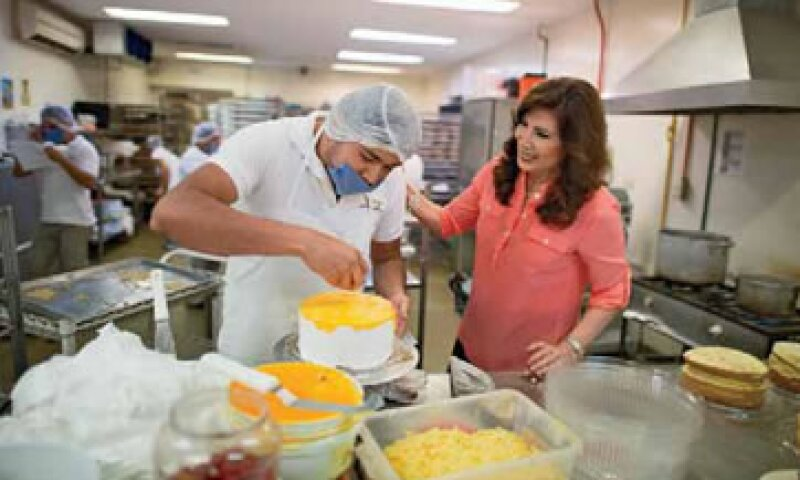 María Teresa Cazola, una maestra de secundaria de Mérida, Yucatán, produce y vende panadería y repostería. (Foto: Luis Pérez)