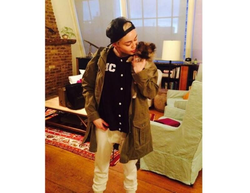 Después de la muerte de Floyd, la mamá de la cantante, Tish Cyrus, le regaló un cachorro de nombre Moonie, el cual prefirió no conservar.
