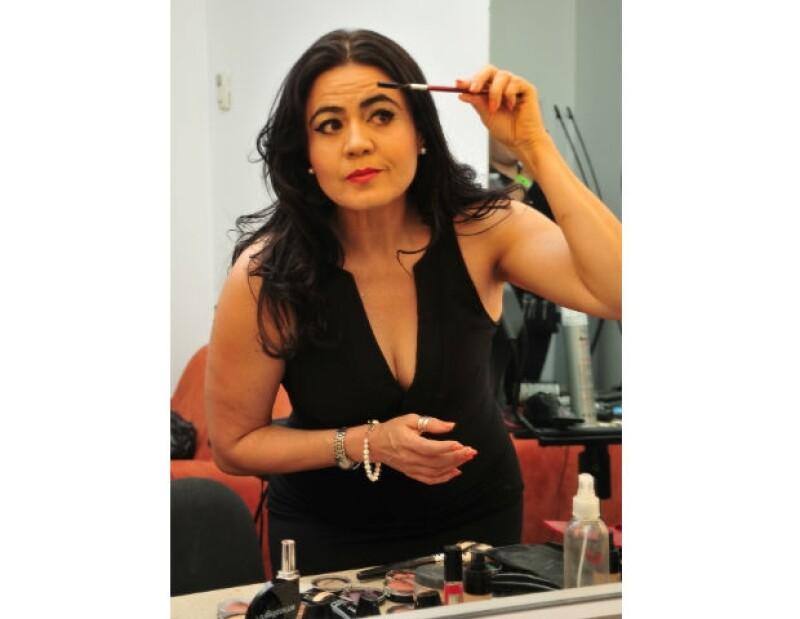 Cata López aplica los últimos toques de maquillaje antes de partir a la gala.