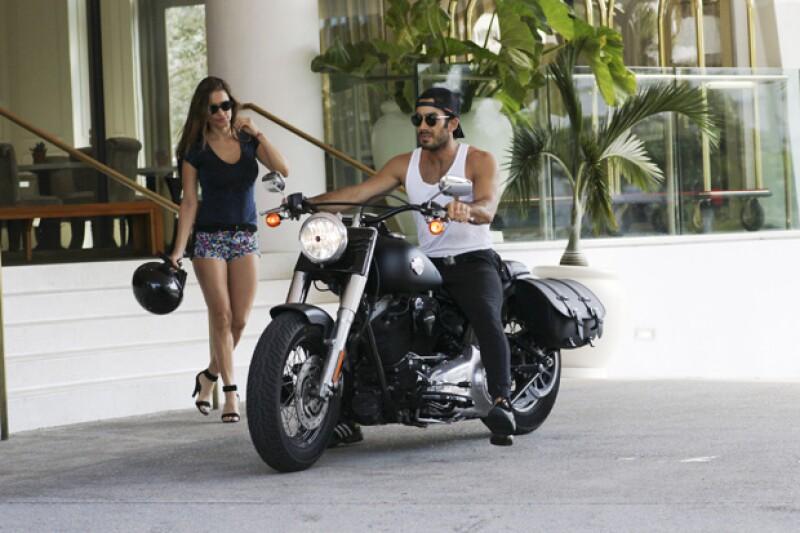 La sensual pareja fue captada en Miami haciendo su llegada a un restaurante a bordo de una lujosa motocicleta. Ambos llevaban outfits muy al estilo de su &#39hot ride&#39 por la ciudad.