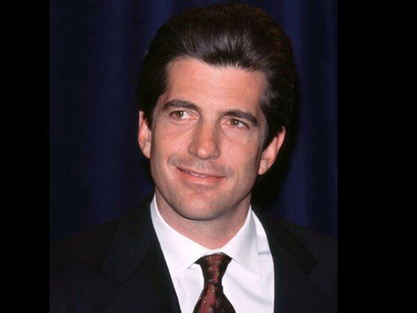 John F.Kennedy Jr. o John John, fue un abogado, periodista y editor estadounidense. Hijo del presidente John F. Kennedy. JFK Jr. murió el 16 de julio de 1999 a los 38 años en un accidente de avión.