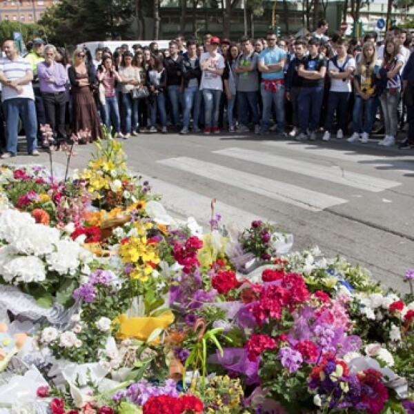 flores dejadas afuera del instituto Francesca Laura Morivllo