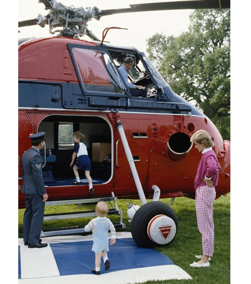 Los pequeños visitaban los helicópteros de la fuerza áerea británica.
